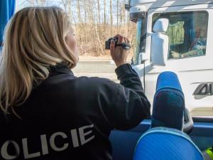 FOTO, VIDEO: Policisté si na řidiče nově posvítí autobusem, vidí i do kabiny kamionů