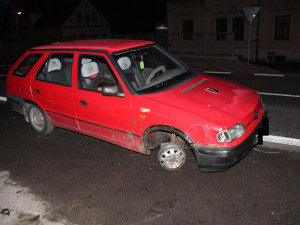 FOTO: Při nehodě přišel o pneumatiku, ale jel dál. Z Jablonce se dostal až do Lučan