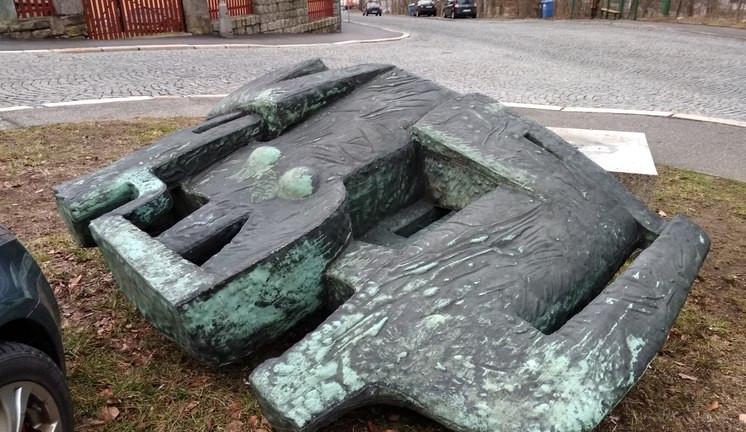 Bránu snů poničil vandal, Sedící rodinu vítr. Město opraví i Památník bojovníkům před dolními kasárnami