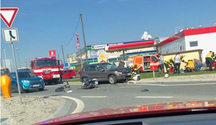 U nádraží se srazil osobák s motorkou, na místě zasahovaly složky IZS