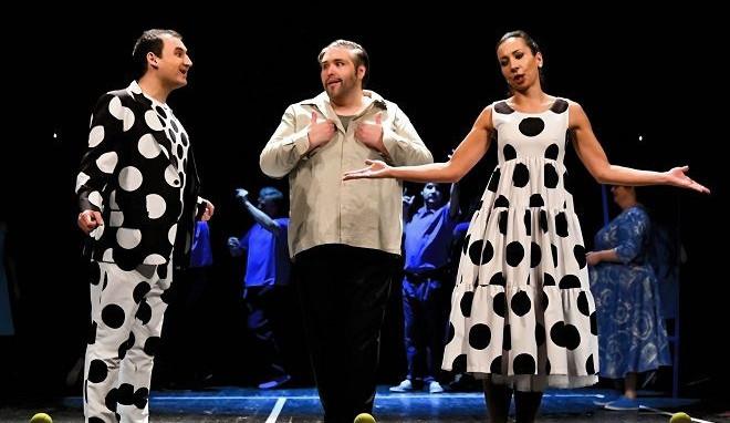Tradiční Smetanova opera v kontroverzním podání končí. Dvě vdovy mají derniéru