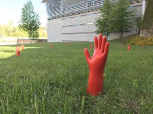FOTO: Červené ruce u knihovny vylézají ze země. Street art připomíná příchod nacismu