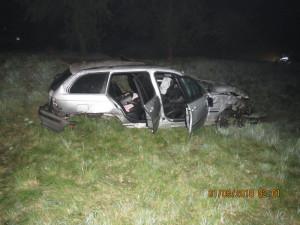 Klikatou cestu opilý řidič nezvládl. Dvakrát se převrátil a skončil mimo silnici
