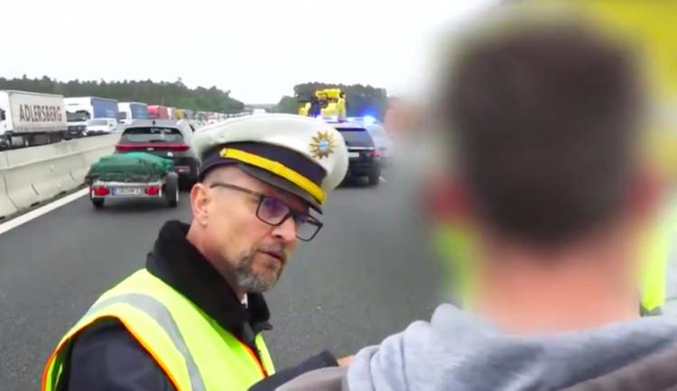 VIDEO: Chcete vidět mrtvé lidi? Vyfotit si je? Německý policista vyškolil českého řidiče