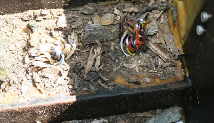 Ukradl kabely na železniční trati, ohrozil tak bezpečnost dopravy