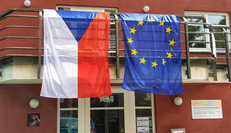 Začal druhý den voleb do Evropského parlamentu, v pátek byla účast od deseti do 20 procent