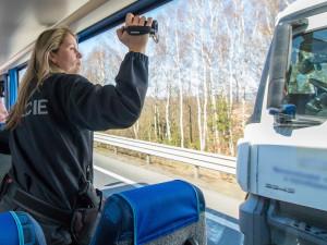 Speciální autobus opět v akci. Policisté nachytali řidiče bez pásů i při telefonování