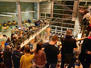 Lidé vzali knihovnu před jejím uzavřením útokem. Vypůjčili polovinu všech knih