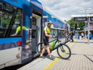 Kam jezdí v Libereckém kraji cyklobusy a cyklovlaky? Máme kompletní přehled