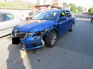 FOTO: Řidička stahovala okénko, přejela do protisměru a narazila do protijedoucího auta