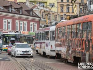 Anketa o vjezdu osobáků do centra vzbuzuje vášně! Uvažuje snad Liberec o zákazu vjezdu aut?