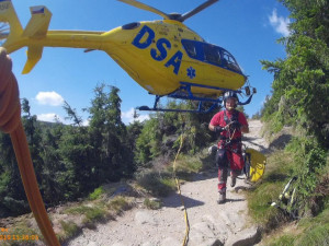 FOTO: Turista zkolaboval v Obřím dole, poranil si hlavu. Letěl pro něj vrtulník
