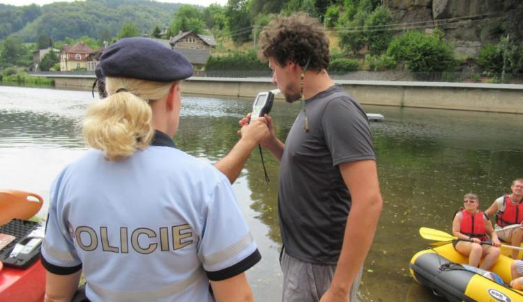 FOTO: Policisté kontrolovali, zda nejsou vodáci pod vlivem. Opilého nenašli ani jednoho