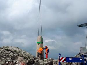 Na vrcholku Ještědu je po čtvrt roce opět vztyčený Rohanský kámen