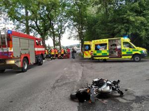 FOTO: Na rovince v Hajništi havaroval motocyklista. Sanitka ho odvezla do nemocnice