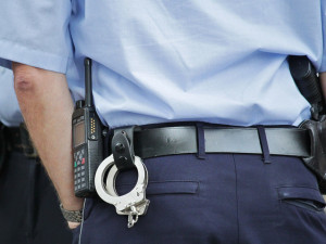 Řidič ujížděl v Rochlici policistům, nezastavil ho ani náraz do svodidel