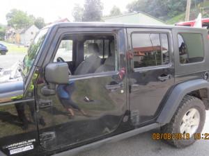 Jeep se srazil s koloběžkou, muž bez přilby prorazil hlavou boční sklo