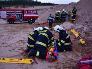 Část pískovny se zřítila a zavalila několik osob, takovou situaci nacvičovali hasiči v okolí Horní Řasnice