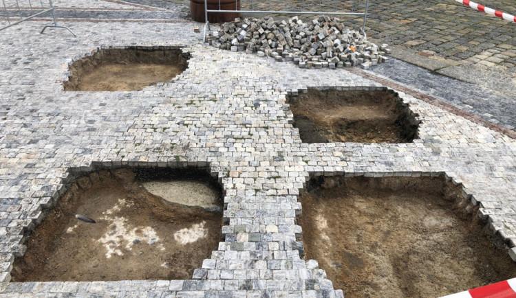 Před libereckou radnicí se objevily čtyři díry. Od zítřka v nich budou stát sochy