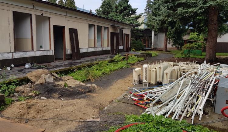 Stavba školky v Hejnicích má zpoždění a hrozí krácení dotace