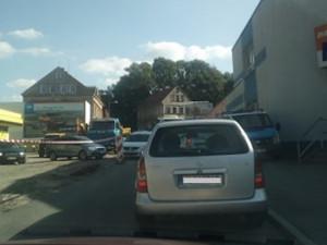 Kolony na Horákovce. U opravovaného úseku jezdí řidiči na červenou a po chodníku
