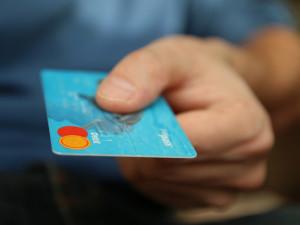 Matce ukradl platební kartu a vybral z ní tisíce. Zaplatil jimi vlastní dluhy