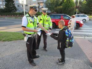 Policisté připomínají dětem, jak opatrně přecházet silnice
