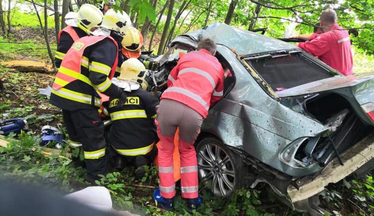 FOTO: Vážná nehoda u Dalešic. Řidič s autem vylétl ze silnice, je těžce zraněný