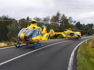 Pro vážně zraněné motorkáře letěly dva vrtulníky. Motocykl se srazil s osobákem
