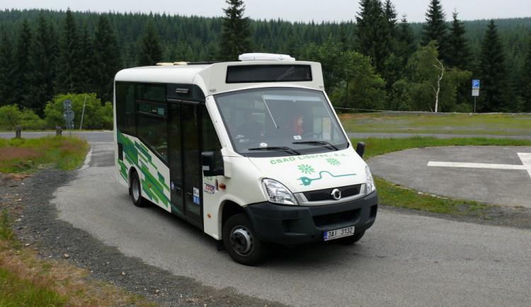 Autobus přes soušskou přehradu má za sebou zkušební provoz. Za pět týdnů přepravil přes pět set lidí