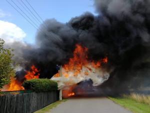 FOTO, VIDEO: Požár zcela zničil chatku. Zasahovaly tři jednotky hasičů