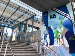 Jizerská 50 jako graffiti. Budova Libereckého kraje má unikátně vyzdobený vstupní portál