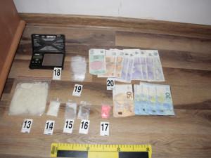 FOTO, VIDEO: Zásahovka si došla pro dealery drog. Policisté našli pervitin i střelnou zbraň
