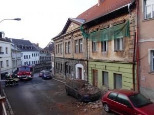 FOTO: V historické části České Lípy spadla zeď domu, deset lidí evakuováno