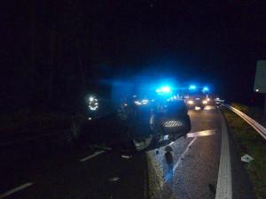 FOTO: Další nehoda u Jítravy. Auto skončilo na střeše, řidič v péči záchranářů