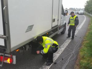 FOTO, VIDEO: Policisté hledali v kamionech nelegální migranty. Využili i přístroj, který odhalí tlukoucí srdce