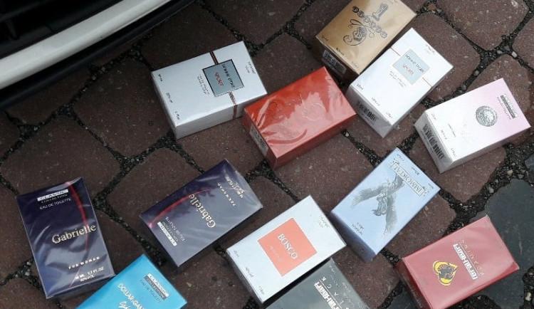 Se synkem vyrazil během všedního dopoledne prodávat padělky parfémů do ulic