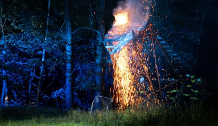 FOTO: U Hrádku řádí žhář. Během chvíle podpálil dva myslivecké posedy