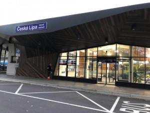 Na útěku z výchovného ústavu na nádraží okradli ženu o peněženku