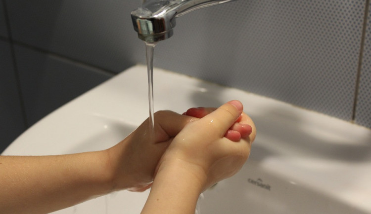 Zdroj žloutenky v Turnově hygienici neodhalili, nemocných stále přibývá