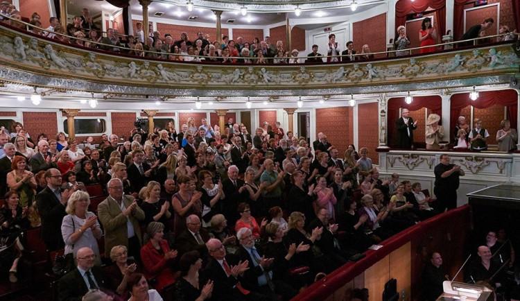 Oprava divadla po pěti měsících končí, hrát se bude od listopadu