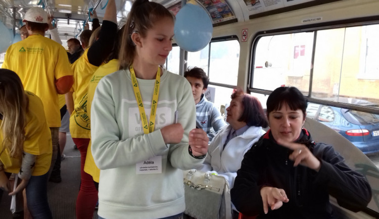 Po Liberci se rozjede Tichá tramvaj. Změní se v pojízdnou učebnu znakového jazyka