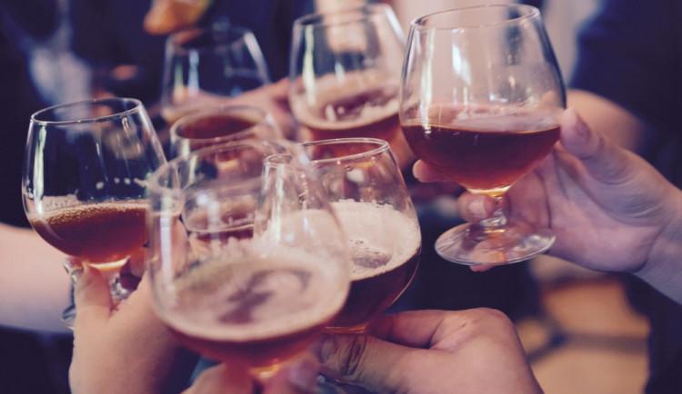 Jedno pivko k obědu, sklenka vína k večeři. Je normální nepít, nebo pít?
