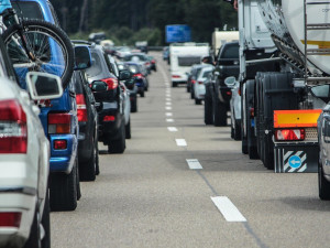 Na průtahu Libercem se ve směru od Turnova tvoří kolony. Dopravu komplikují nehody