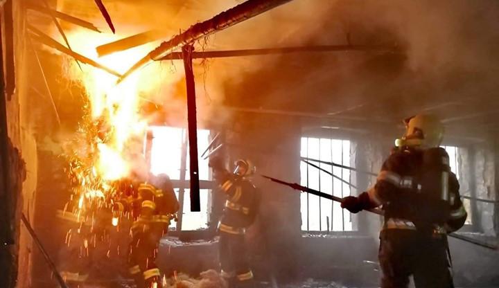 V bývalé továrně hořel odpad. Zásah hasičů komplikoval silný vítr
