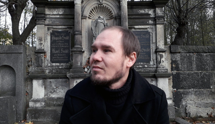Zmapoval liberecká pohřebiště. Michal Maršík představí svou knihu u Fryče