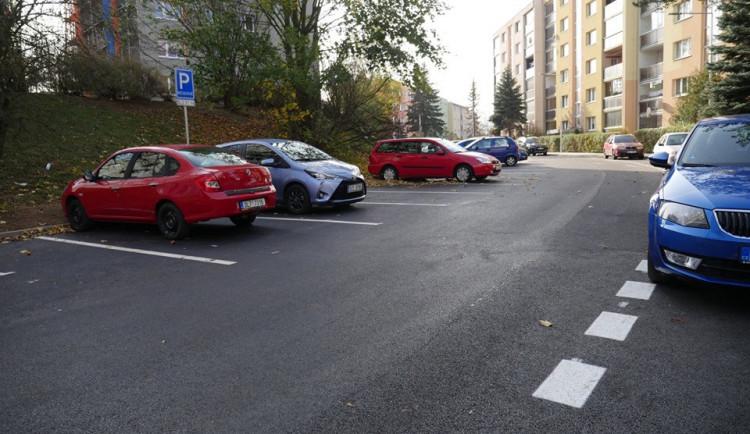 V Jiráskově ulici přibyla parkovací místa, nový je i povrch