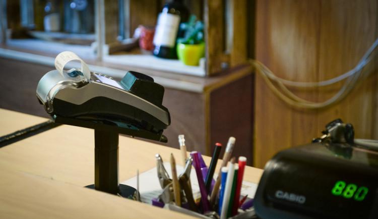 PRŮZKUM: Kde kartou nezaplatíte? Čtenářům Drbny chybí platební terminál v autobusech i na trzích