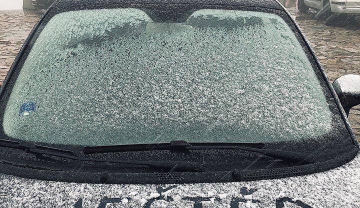Zima se hlásí. První sněhový poprašek napadl na Ještědu, chumelilo i v Krkonoších