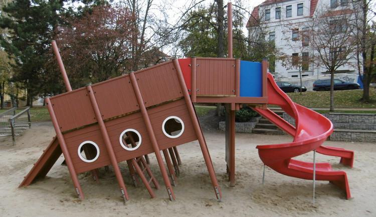 Město nechalo opravit loď na dětském hřišti nad kasárnami. Rekonstrukce vyšla na tři sta tisíc